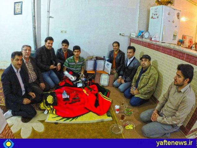 جمعي از هنرمندان و خبرنگاران لرستانی از حسین یاری جوان نحبه لرستانی عیادت کردند.