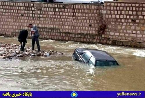 سقوط یک دستگاه خودرو به رودخانه خرمآباد+ عکس