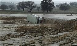 مینیبوس با 12 سرنشین در رودخانه محور کوهدشت - کرمانشاه واژگون شد